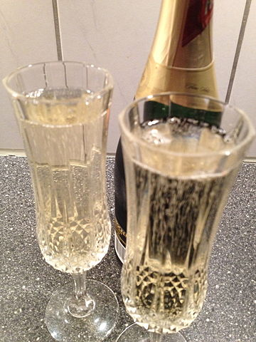 360px-Sparkling_wine_in_Champagne_flutes